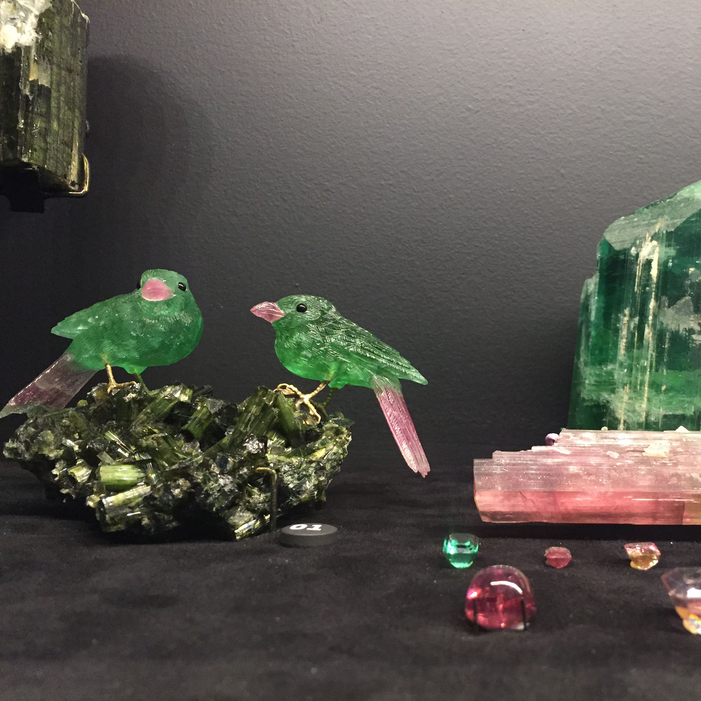 Bird carvings made of tourmaline